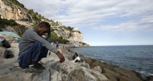 Akdenizi geçerek İtalya'ya gelen göçmenler iltica başvurusu yapmak için bekliyor.