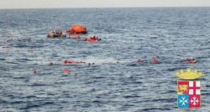 Akdeniz'de yüzlerce göçmeni taşıyan gemi alabora oldu