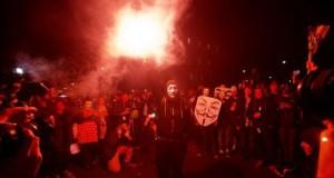 Göstericiler, eşitsizlik, yolsuzluk ve kemer sıkma önlemlerni protesto eden sloganlar attı.