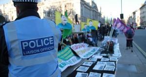 İngiltere Parlamentosu önünde oturma eylemi