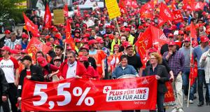 Almanya'da on binlerce IG-Metall üyesi grevde